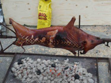 Till middag blev det helgrillad gris. Det ser smått makabert ut, men det var gott.