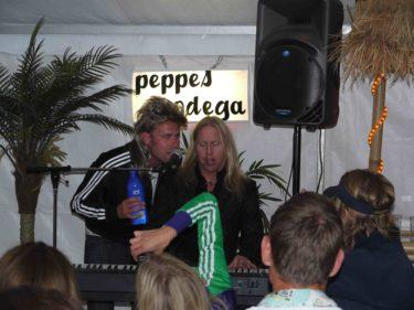 Stefan fick stå ut med sång från många av gästerna. Själv sjöng jag ABBA.