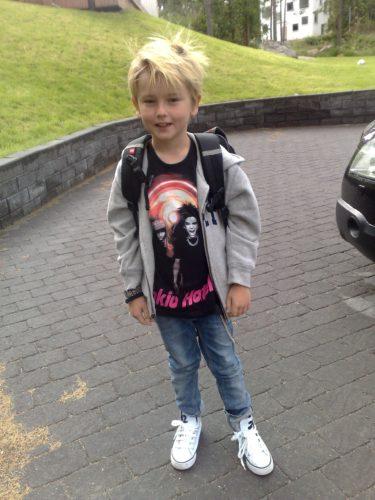 Min lilla rockare på väg till skolan imorse.