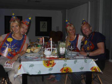 Magnus kom med deras barn och firade oss kungligt. Vi åt nog fem kilo kräftor.