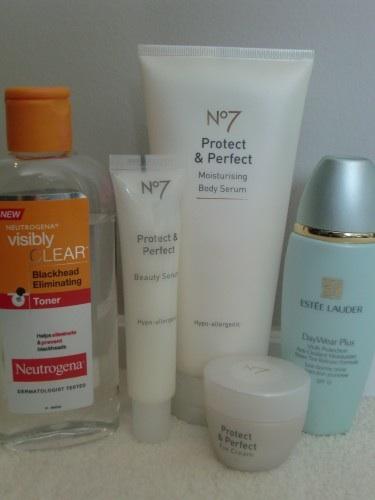 har jag använt dessa produkter. Ansiktsvatten (Neutrogena), ansikts- och ögonkräm från No7 eller dagkräm med lite färg från Estée Lauder.