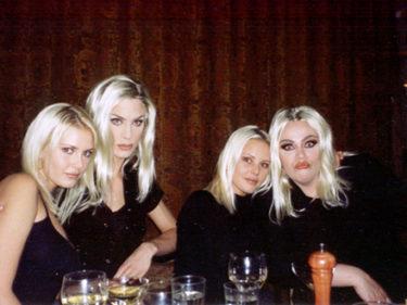 """Hittade däremot den här gamla bilden från mitt 20 årskalas.! Jag till vänster, Richard som """"mig"""", Maggan och Leo som """"henne""""."""