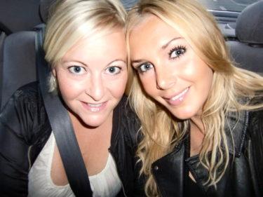 Jessica och jag i taxin på väg till Tyrol.
