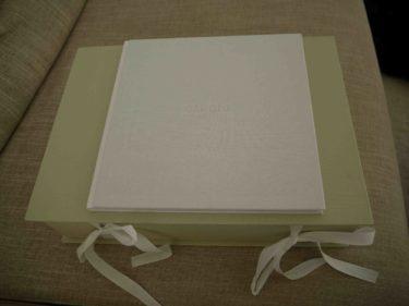 """I boken """"om dig"""" skriver jag Livs framsteg, första leendet och andra minnesfulla händelser och hennes hårslinga så klart, och i lådan sparar jag första skorna mm. (http://www.mymindbox.se/)"""
