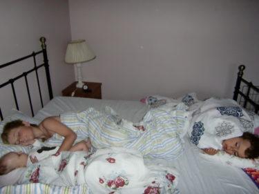 Här sov vi alla fyra. Det var mysigt, trots att jag knappt fick en blund pga gnisslande tänder och fötter överallt. En och en annan prutt förgiftade även rummet.