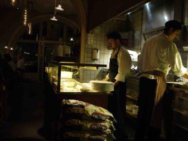 Peter tog mig (och Liv) till restaurang Grill Ruby i Gamla stan. Eftersom vi hade barnvagn med oss så fick vi sitta lite trist, men det gjorde inte så mycket, för det viktigaste var ju sällskapet :-). Kockarna stod precis framför oss i det öppna köket och grillade all mat.