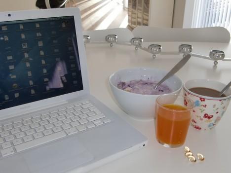 Så här ser det oftast ut. Dator, kaffe, c-vitamin och omega3, en skål med fil med tärnat äpple, blåbär och linfrön.
