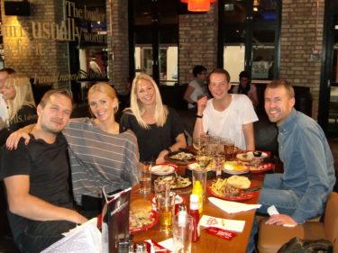 Vi inledde kvällen med att äta på Friday´s. Tror nog att vi slog rekord i att äta mycket, vi beställde den ena flottigare rätten efter den andra.