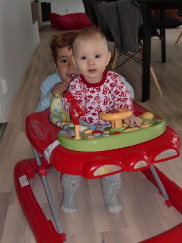 Köpte en gåstol till Liv från GRACO, igår. Hon älskar den. Skrattar så hon tjuter, när Mio kör runt henne i den.