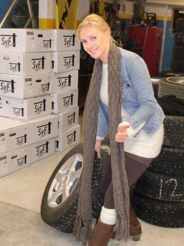Här är jag glad och i full färd med att hjälpa gubbarna att byta däck :-)