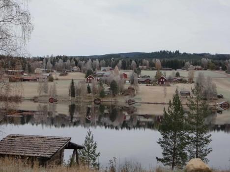 I dag var det ett täcke av frost över landskapet, och Näsetsjön låg spegelblank. Åhh, det är så vackert!