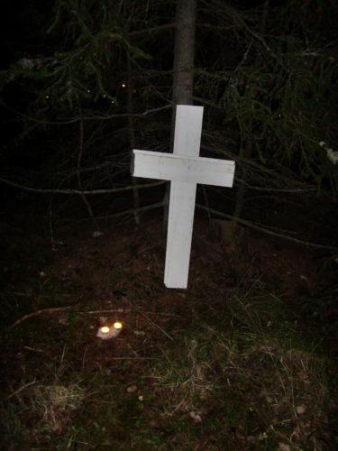 """Grannpojkarna och deras mamma var med på """"spökvandringen"""". de skulle följa ljusen och korsen."""
