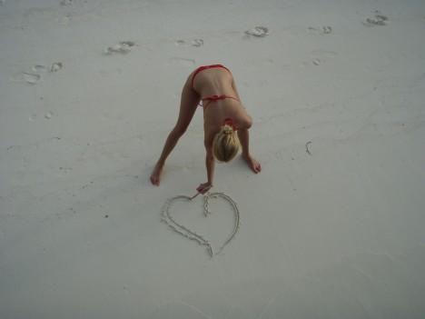 Hjärta i sanden.