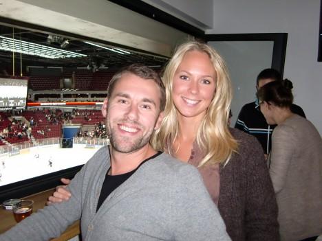 Jesper och hans fina flickvän Angelica. Det är vi fyra som ska till Köpenhamn i kväll.