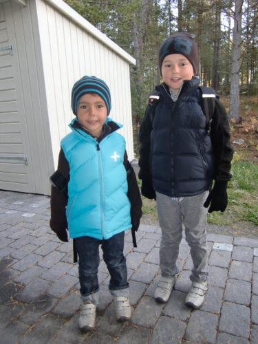 Pojkarna ska på utflykt med skolan i dag. Så matsäck och varma kläder var ett måste.