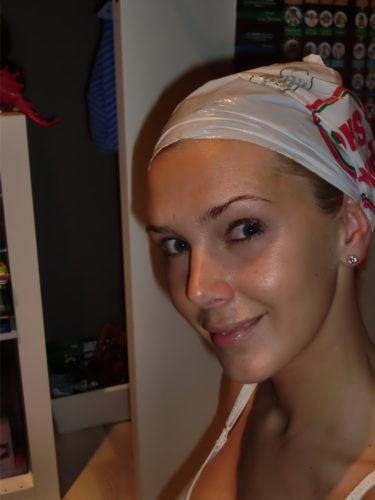 Så här läcker är jag med en gammal plastpåse på huvudet, för att få bästa effekt av min inpackning. Glänser som smör också av all BUS.