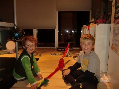 Två killar som älskar när jag bygger Lego med dem.