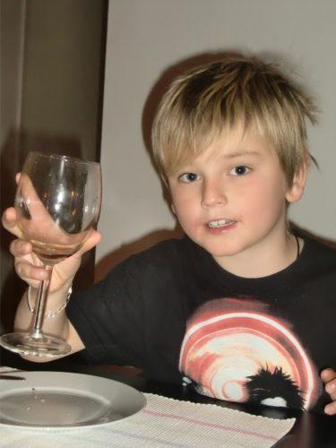 Världens bästa William åkte till syrran efter middagen, och myste med sin kusin.