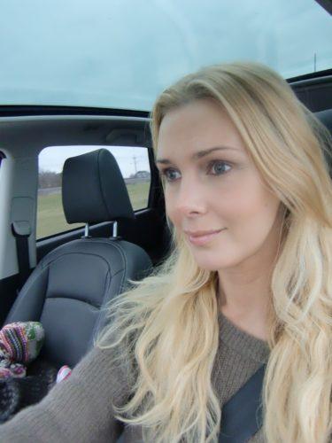 Smått uttråkad i bilen.