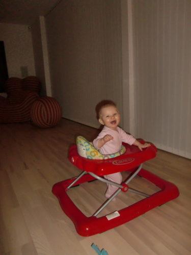 Liv som har sin vakna timme mellan tio och elva innan hon somnar för natten, sprang runt i sin gåstol, skrattandes i pyjamas.