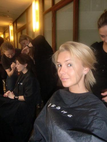 Här fixar Emelie mitt hår, och Alexandra Pascalidou blir sminkad bredvid mig.