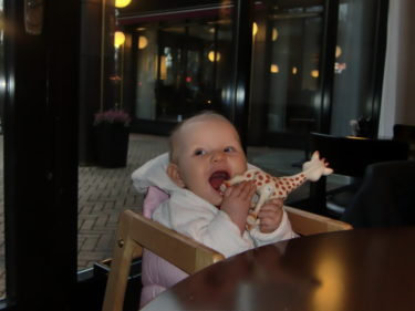 Liv premiärsatt i en barnstol på restaurang. Hon gillade att sitta med och tugga på sina majskrokar.