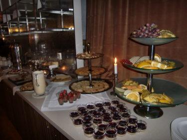 Dessertbuffén var himmelsk. varm äppelpaj med vaniljsås, chokladmousse, frukt och morotskaka var bara några av godsakerna.