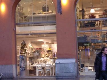 Sia på Birger Jarlsgatan var som en dröm. Måste gå dit och shoppa nästa gång jag är i stan. Blir fortfarande helt till mig, när jag tänker tillbaka på glittret och julen i fönstret.
