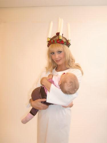 Working mom! Liv ville bli vaggad mitt i allt och blev det av mig som Lucia. Hon gillade att se mig i ljuskrona :-)