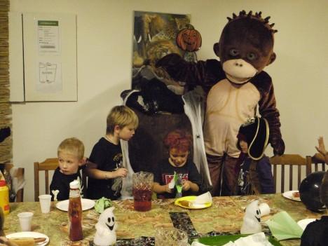Väl på kalaset var det 25 barn och en apa.