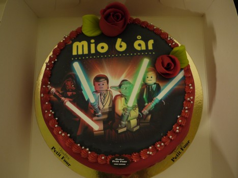 Jag härmade Tristan och beställde en Lego Star Wars-tårta till Mio. Han älskar Lego Star Wars.