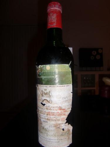 """Kristoffer och Lill-Magnus kom hit med ett vin från 1971! Det är ett väl förvarat vin, som vi fick möjligheten att dricka. Det hette """"Chateau Mouton Rothschild"""" och var en fantastisk smakupplevelse om du gillar röda viner."""