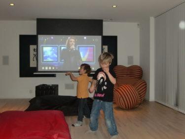 Pojkarna dansade till Idol, och Mio var tog igen de senaste dagarna av vila, och tjatade öronen av oss :-)