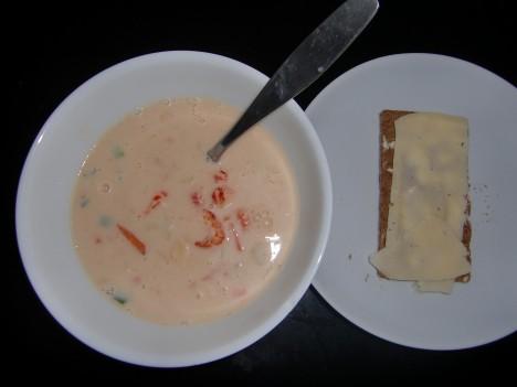 Hittade fisksoppa i frysen, som jag toppade med kräftstjärtar. En helt ok lunch för att komma från en näst intill tom frys och kyl.