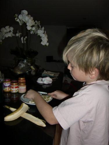 William skivade banan, och jag vispade grädde.