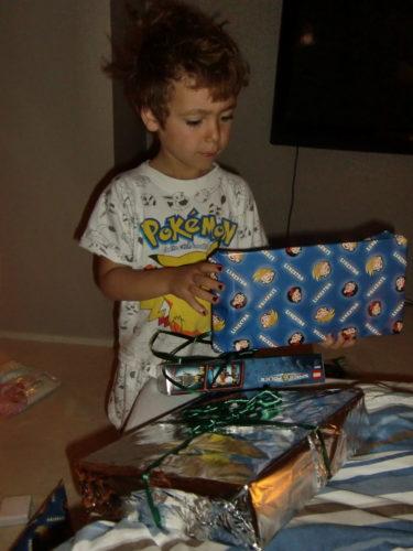 Det var Lego i morgonpaketen, till Mios stora lycka.