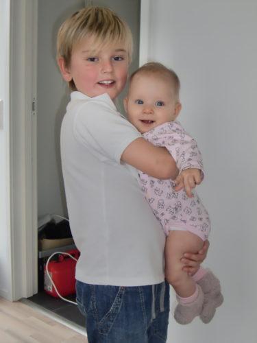 Äntligen hemma! Han är så duktig med Liv, och älskar att bära runt på henne.