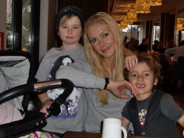 Jag var trött och mådde prutt imorse, men piggande till efter en god hotellfrukost med barnen.