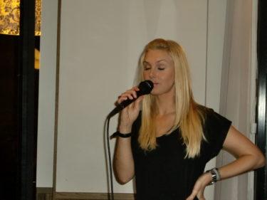 Till en början var jag svimfärdig, men sedan var jag framme hela tiden och slet i microfonen :-) Här ser det ut som om jag tom sjunger en djup kärlekssång till dig.