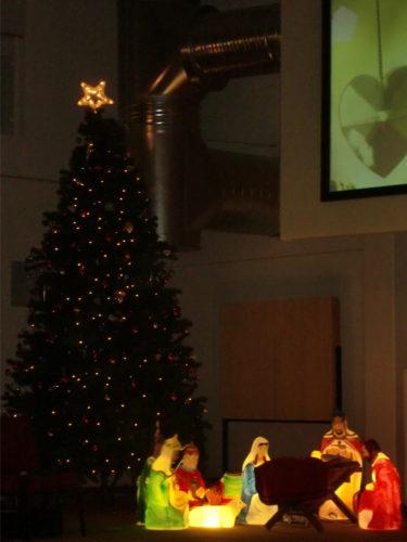 Kyrkan hade förstått det här med julpynt :-) Jag vill också ha en så stor gran.
