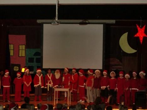 Skolavslutningen började i Aulan med sång från alla 2:orna. William vara så duktig som tomtenisse, han sjöng och läste dikt :-)