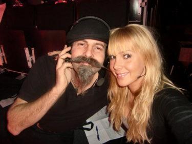 Här är jag med vår studioman Rolf. Jag var bara tvungen att dra i hans långa mustasch. Kan jag få en sådan måntro?