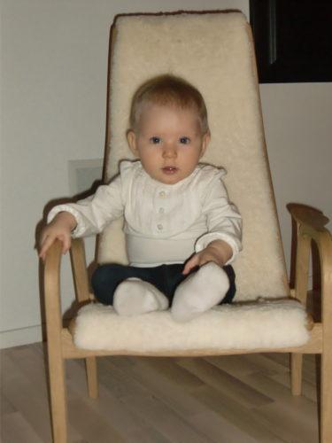 Titta så fin hon är och stolen med för den delen.