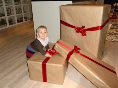 Idag kom äntligen Livs spjälsäng och stol från STOKKE. Nu behöver hon snart inte sova i en resesäng längre. Det fick bli en tidig julklapp till henne.