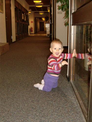 Liv kröp runt i kontorskorridoren och charmade personalen.