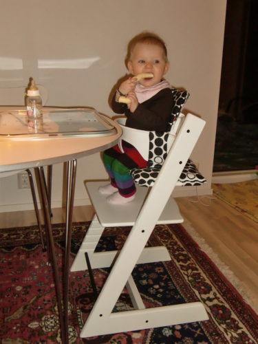 Jag skruvade ihop Tripp Trapp-stolen, men jag ger mig inte på sängen ikväll. Den får hon premiärsova i till helgen.