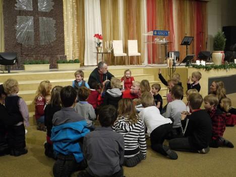 Vår årliga jultradition är att åka till kyrkan på morgonen. Vi sjunger julsånger och barnen får med hjälp av Gunnar berätta julevangeliet och sätta upp krubban. Här sitter vi och lyssnar.