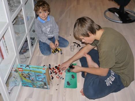 Väl hemma hjälpte Tim Mio att bygga sitt Lego som han fått av morfar och mormor i julklapp.