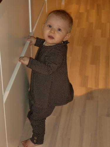 Liv drar sig upp längs med kökslådorna (ja, de är barnsäkra). Hon står på sina spaghettiben och ser livrädd ut.