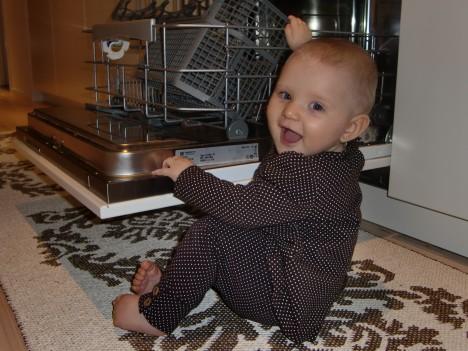 Hon vet redan sin plats i köket :-)